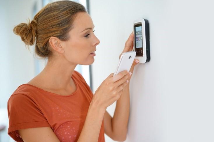Homeowner programming smart thermostat